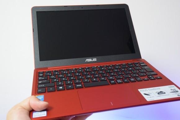 ASUS EeeBook X205TA-B 軽い