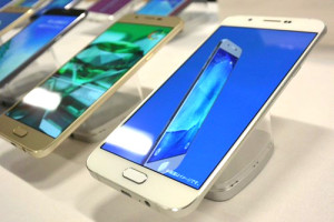 サムソン『Galaxy A8(au SCV32)』発売!発表会で実機レビュー