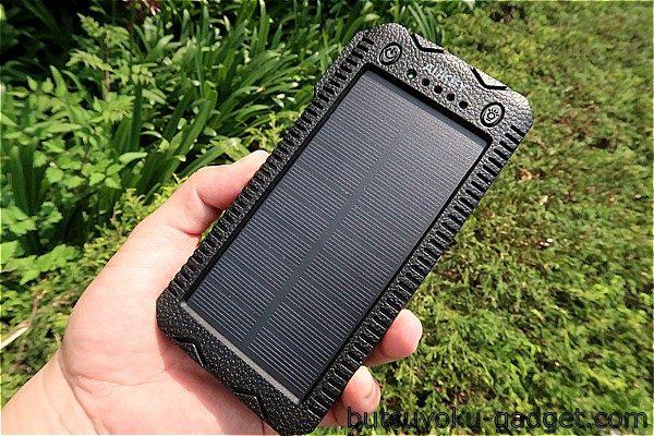 太陽光でモバイルバッテリーを充電できる『AUKEY 12000mAhソーラーバッテリー』を使ってみた!